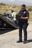 Escena de choque de coche de Writing Notes At del oficial de policía Imagen de archivo libre de regalías