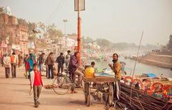 Escena de Citylife con el ciclista y el comerciante del masala del té con el río detrás Imágenes de archivo libres de regalías