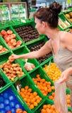 Escena de compra de la fruta fotografía de archivo