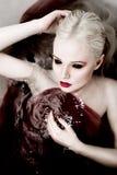 Escena de Halloween de un vampiro femenino inmortal en un sangriento en un s Fotografía de archivo