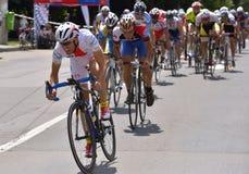 Escena de la acción durante la raza, con los ciclistas compitiendo para el evento de Grand Prix del camino, una raza del circuito Imagen de archivo libre de regalías