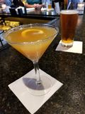 Escena de la barra: Martini anaranjado y una cerveza llena de IPA fotografía de archivo libre de regalías