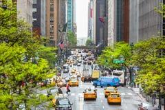 Escena de la calle de la ciudad con taxis amarillos imagen de archivo