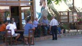Escena de la calle con la gente local en el skala Marion Thassos Grecia almacen de video