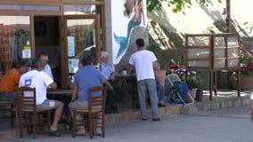 Escena de la calle con la gente local en el skala Marion Thassos Grecia almacen de metraje de vídeo
