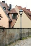 Escena de la calle con las casas viejas en fondo Imágenes de archivo libres de regalías