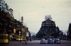 escena de la calle de Broussels de los años 50 con la muestra de Coca-Cola del vintage Fotos de archivo libres de regalías