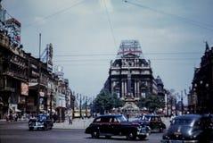 escena de la calle de Broussels de los años 50 con la muestra de Coca-Cola del vintage Foto de archivo