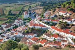 Escena de la calle de la aldea de Aljezur en Portugal. Imagen de archivo