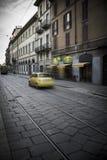 Escena de la calle de Milán con la falta de definición de movimiento en el coche italiano foto de archivo