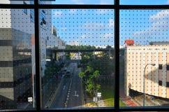 Escena de la calle de Singapur a través de la ventana de cristal punteada Foto de archivo