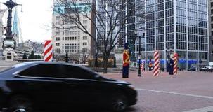 Escena de la calle del círculo del monumento en Indianapolis, Indiana 4K almacen de video