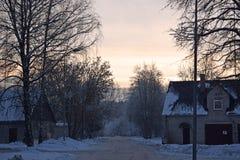 Escena de la calle del invierno cerca de Riga Imagenes de archivo