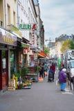 Escena de la calle en Belleville, París, Francia Imagen de archivo