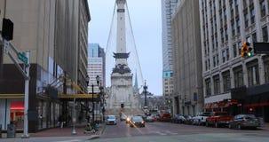 Escena de la calle en el círculo del monumento en Indianapolis, Indiana 4K metrajes