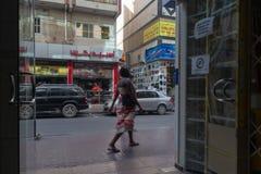 Escena de la calle en el distrito de Deira, Dubai foto de archivo