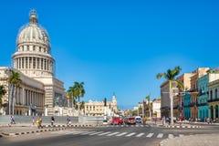Escena de la calle en La Habana céntrica con vistas al edificio del capitolio Foto de archivo