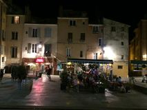 Escena de la calle en la plaza principal en la noche en la plaza principal en Aix-en-Provence Foto de archivo libre de regalías