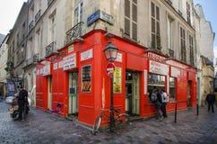 Escena de la calle en Marais histórico, París Foto de archivo libre de regalías
