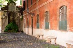 Escena de la calle en Roma y arquitectura típica foto de archivo