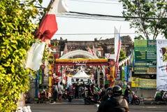 Escena de la calle muy transitada delante de la entrada al área de la sari de Taman Fotografía de archivo libre de regalías