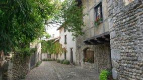 Escena de la calle tranquila en Perouges Francia imagen de archivo