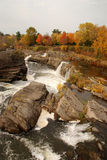 Escena de la cascada del otoño Foto de archivo