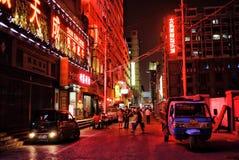 Escena de la ciudad de la calle de la noche con las luces de neón fuertes imagen de archivo