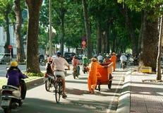 Escena de la ciudad de Asia, trabajador del saneamiento, tráfico de vehículos Fotos de archivo