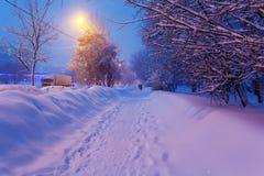 Escena de la ciudad del invierno de la noche Imágenes de archivo libres de regalías