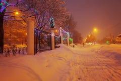 Escena de la ciudad del invierno de la noche Foto de archivo libre de regalías