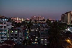 Escena de la ciudad en la noche en Myanmar, Birmania Imagen de archivo