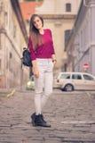 Escena de la ciudad fuera de la chica joven del foco que plantea al aire libre día soleado Fotos de archivo