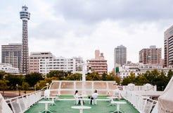Escena de la ciudad de Yokohama de la cubierta del cielo del barco de cruceros de visita turístico de excursión doc. fotos de archivo libres de regalías