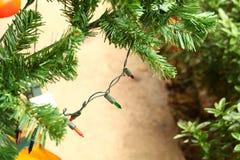Escena de la decoración del árbol de navidad Imagenes de archivo
