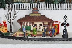 Escena de la estación de tren del pueblo de la Navidad del invierno Fotos de archivo libres de regalías