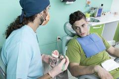 Escena de la forma de vida de la oficina del dentista desaturated fotografía de archivo