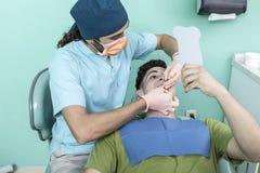 Escena de la forma de vida de la oficina del dentista desaturated foto de archivo