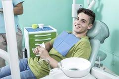 Escena de la forma de vida de la oficina del dentista desaturated imagen de archivo