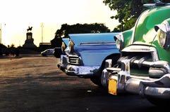 Escena de La Habana con los coches de la vendimia Imagenes de archivo