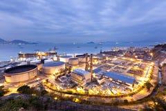 Escena de la industria de los tanques de petróleo en la noche Fotos de archivo libres de regalías