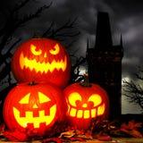 Escena de la linterna de Halloween Jack o con los árboles y la torre fantasmagóricos Foto de archivo libre de regalías