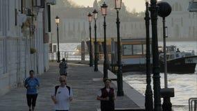 Escena de la mañana de Vencie con la gente que activa en la calle, Italia almacen de video