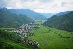 Escena de la montaña con el campo de arroz y un pueblo en Moc Chau Foto de archivo libre de regalías