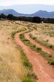 Escena de la montaña del camino de tierra Imagenes de archivo