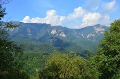 Escena de la montaña del chino tradicional con las rocas Foto de archivo