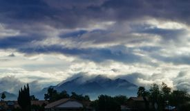 Escena de la montaña del paisaje en la opinión de cielo azul de la mañana sobre la colina con primero plano del árbol imagen de archivo