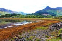 Escena de la montaña y del agua Fotos de archivo libres de regalías