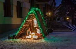 Escena de la natividad cerca de una iglesia en la noche en Kiev Foto de archivo libre de regalías