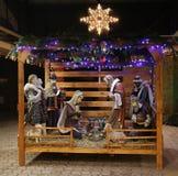 Escena de la natividad de la Navidad con tres hombres sabios que presentan los regalos al bebé Jesús, Maria y José Imagenes de archivo